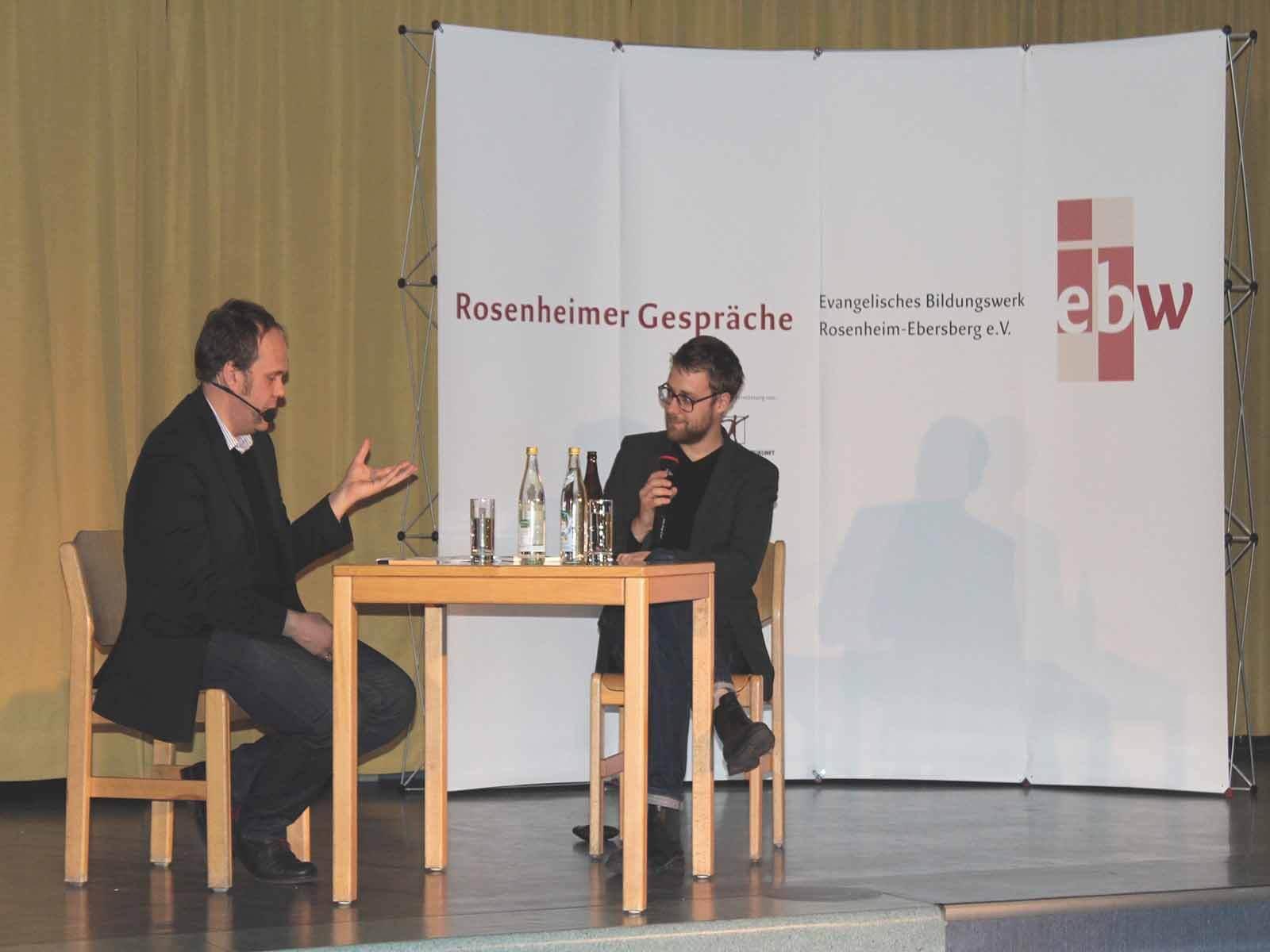 Niels Beintker (li.) vom Bayerischen Rundfunk moderierte nicht nur den Abend ...