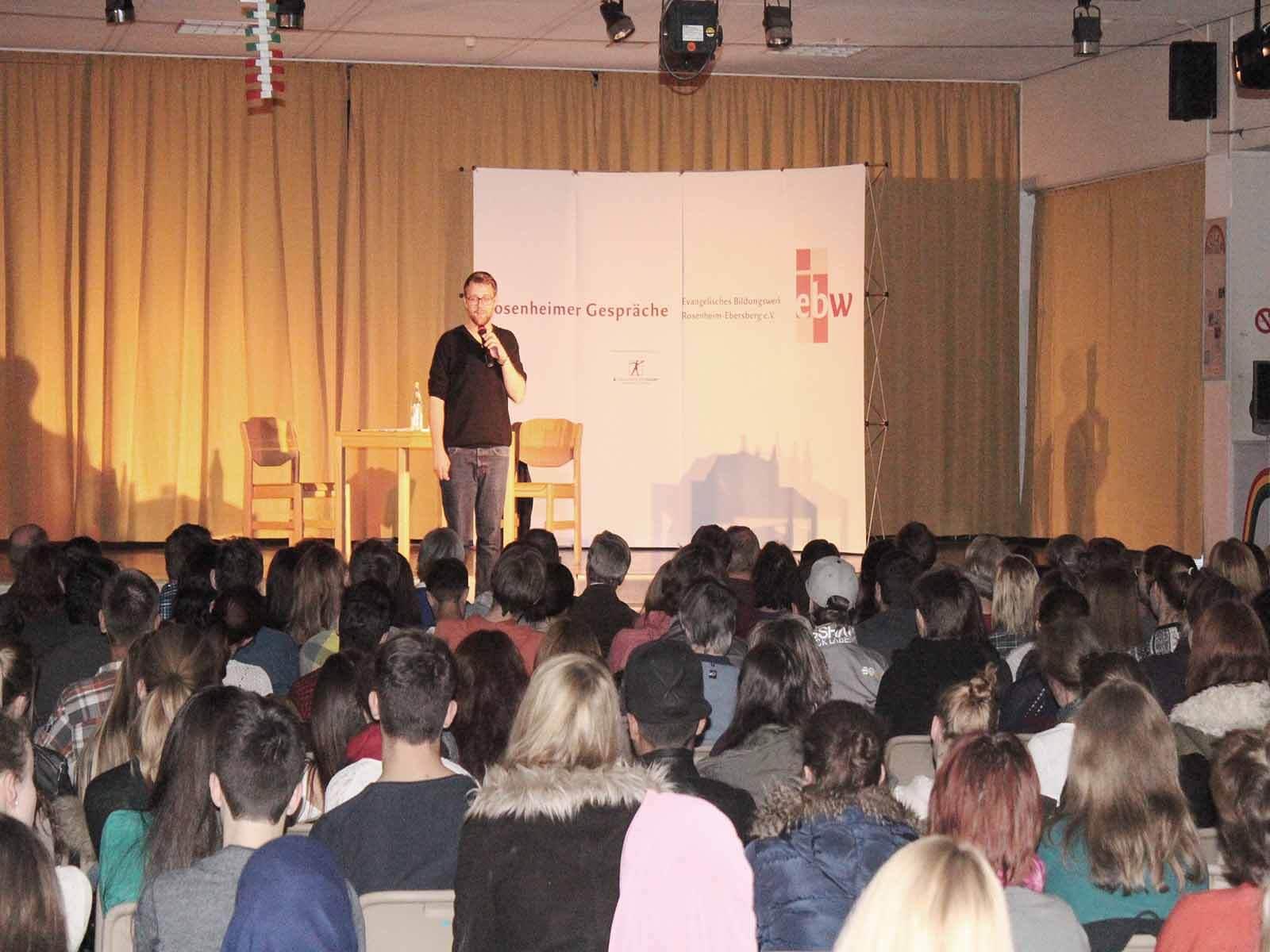 Gebannt lauscht das Publikum dem Sprachkünstler.