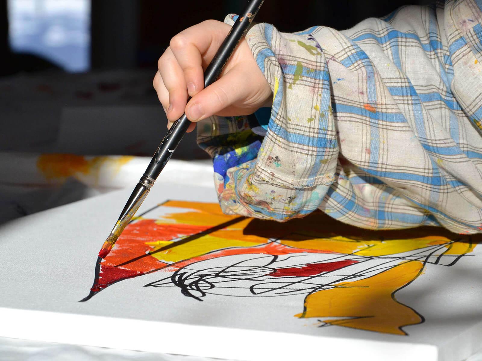 ... indem sie den Beitrag für den Kunstkurs übernimmt.