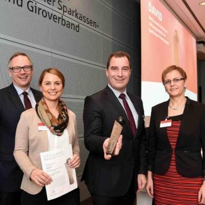 Georg Fahrenschon, Präsident des Deutschen Sparkassen-und Giroverbandes (li.), gratulierte den diesjährigen Preisträgern des DAVID.Foto: Peter Himsel / DSGV