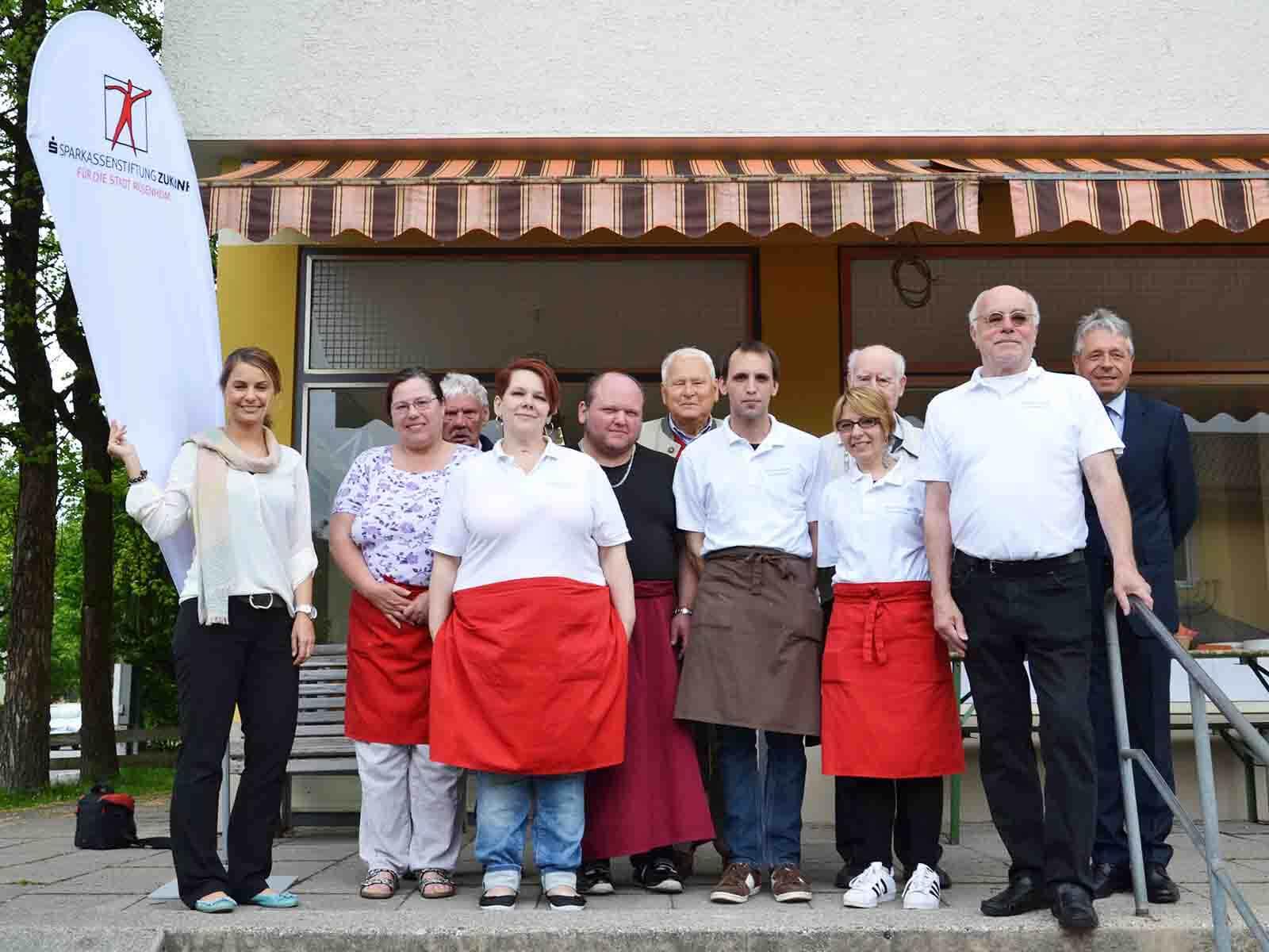 """Das Team der """"Rosenheimer Leibspeise"""" mit Alexa Hubert (li), dem Leiter Peter Kaiser (2.v.r.) und Rudolf Straub (r.) von der Firma Liebherr."""