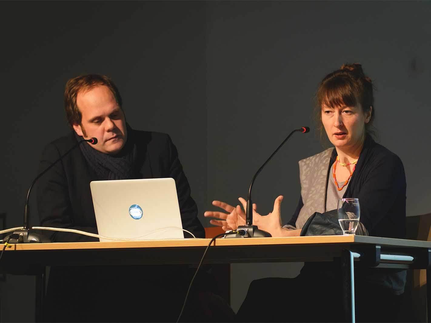 BR-Kulturredakteur Nils Beintker (li.) im Gespräch mit Barbara Yelin (li.).