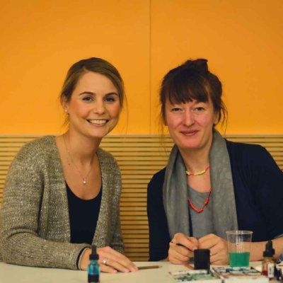Alexa Hubert, geschäftsführendes Vorstandsmitglied der Sparkassenstiftungen Zukunft (li) und die Comic-Zeichnerin und Autorin Barbara Yelin (li.).