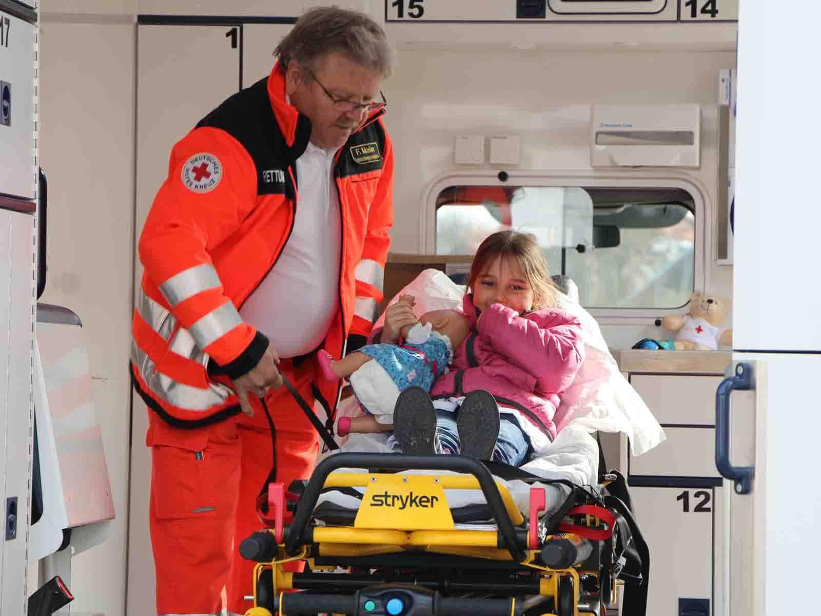Die Kinder durften auch einen Blick in den Krankenwagen (BRK) werfen.