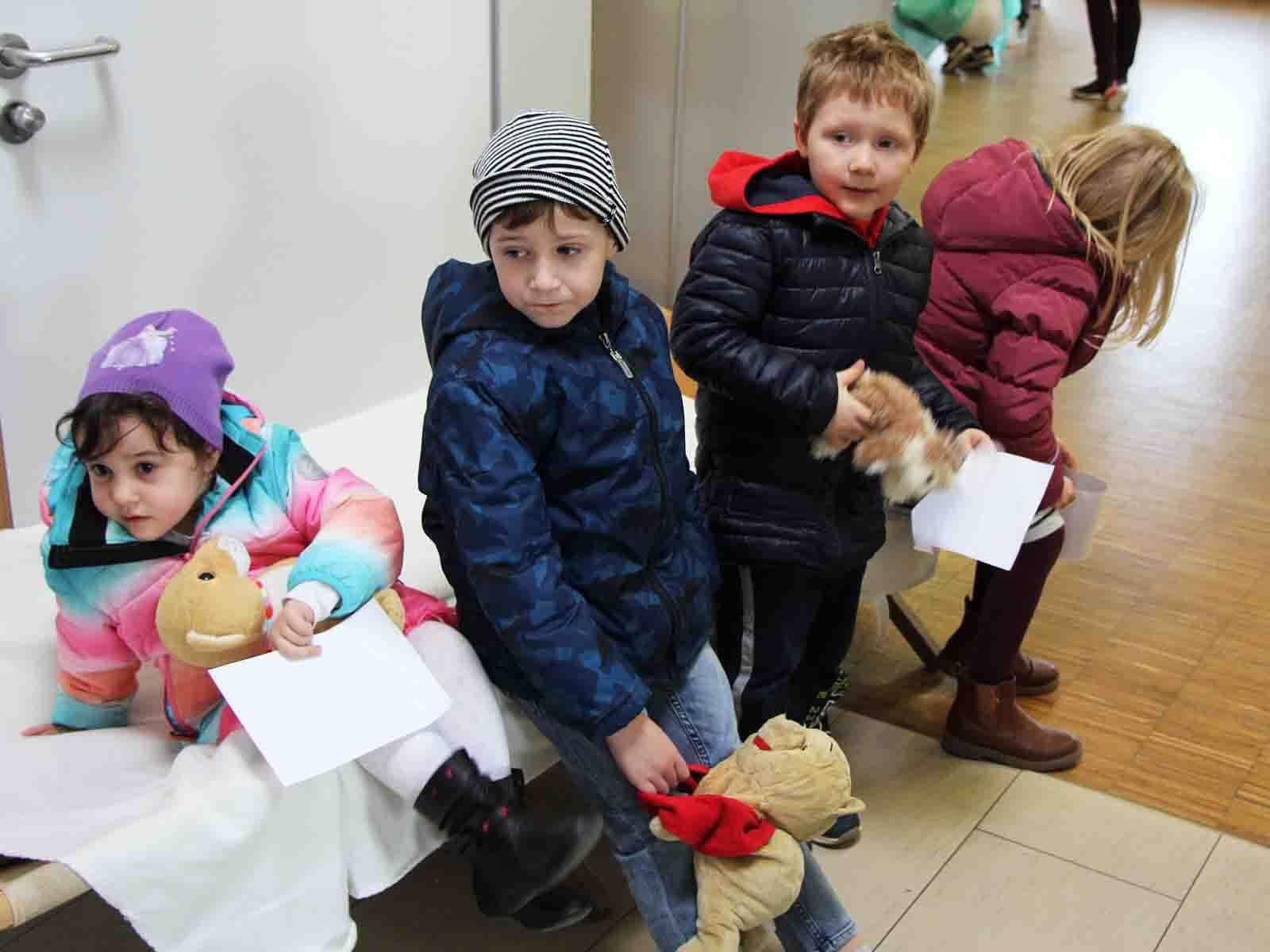 Auch im Teddybär-Krankenhaus muss man ein wenig warten.
