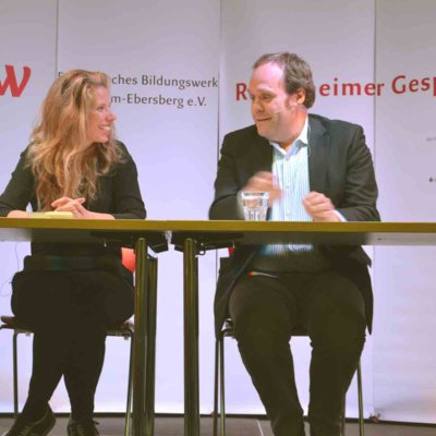 Autorin Greta Taubert (li.) im Gespräch mit BR-Moderator Niels Beintker.