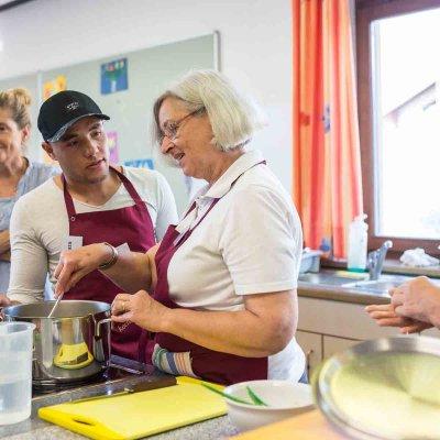 Während des Kochens bleibt auch Zeit zum Ratschen.Foto: Michael Seemeier.