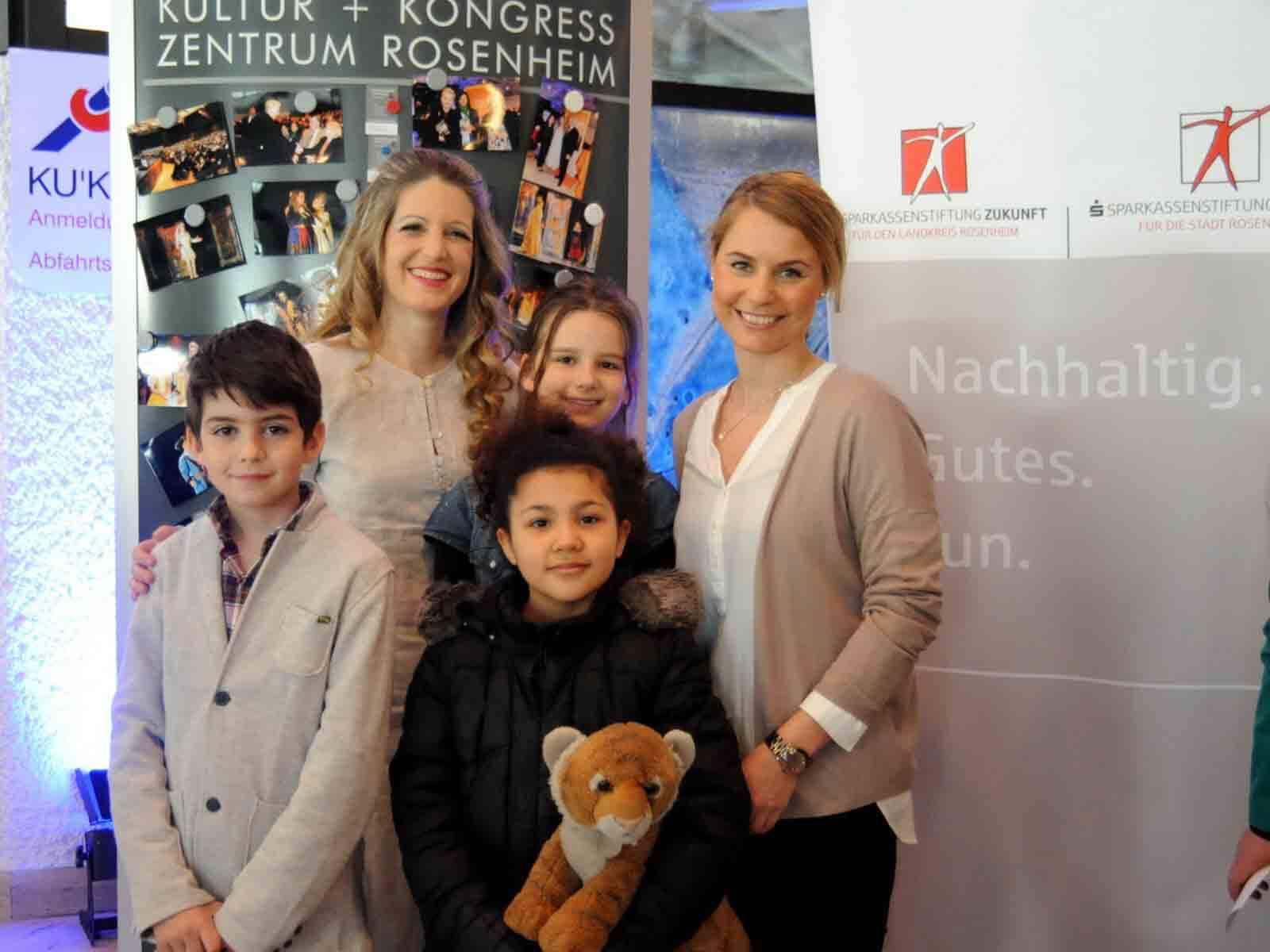 Den Kindern gefiel die Märchenoper. Rechts: Alexa Hubert, gesch&aumlftsführendes Vorstandsmitglied der Sparkassenstiftungen Zukunft.