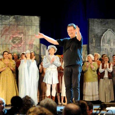Auch Georg Hermansdorfer (mi.) zeigte sichtlich Freude bei der Einführung in die Welt der Oper.