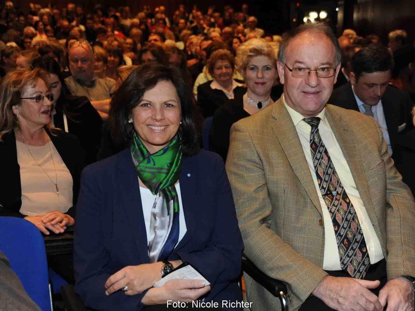 Staatsministerin Ilse Aigner (mi.) und Landrat Wolfgang Berthaler, Vorsitzender der Sparkassenstiftung Zukunft für den Landkreis Rosenheim, zählten ebenfalls zu den Gästen am Premierenabend.