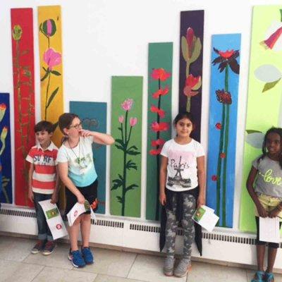 Die jungen Künstler vor ihren Werken - ziemlich stolz.