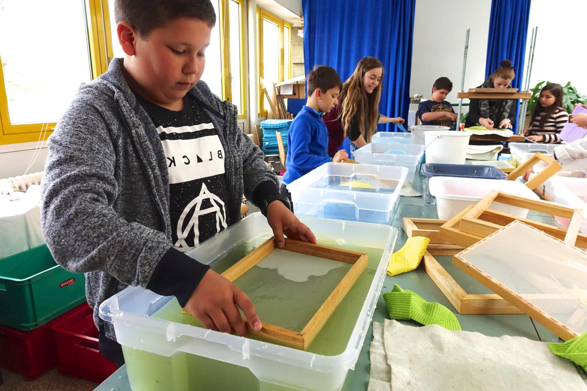 Papierschöpfen erfordert Vorsicht und Konzentration. Foto: Sonja Wessel.