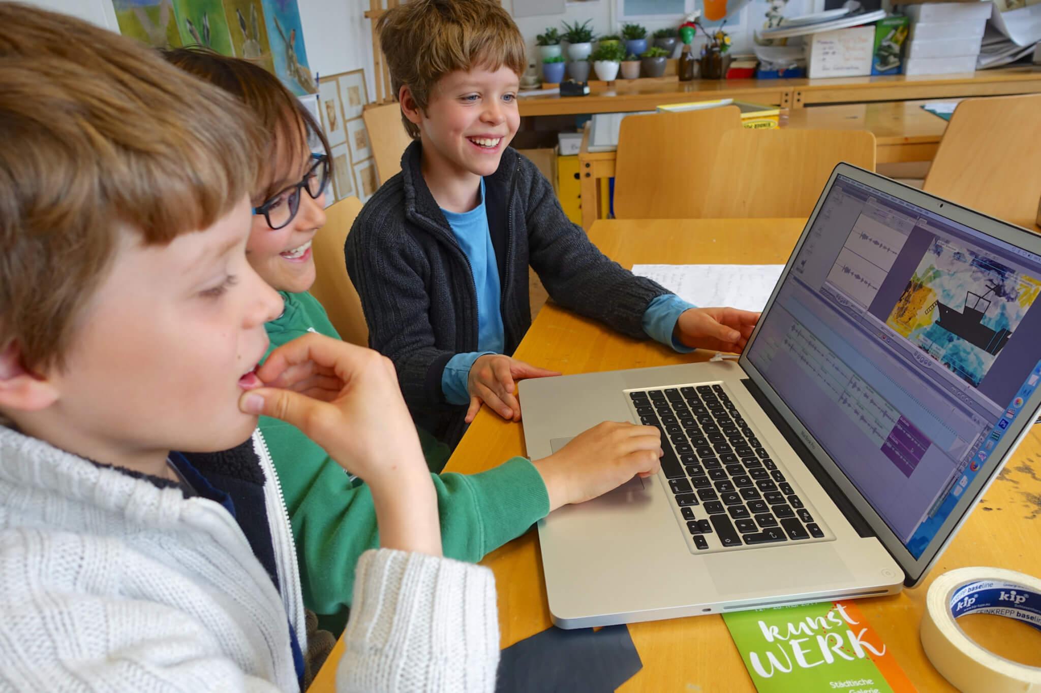 Auch der Umgang mit der modernen Technik gefällt den Kindern gut. Foto: Sonja Wessel.