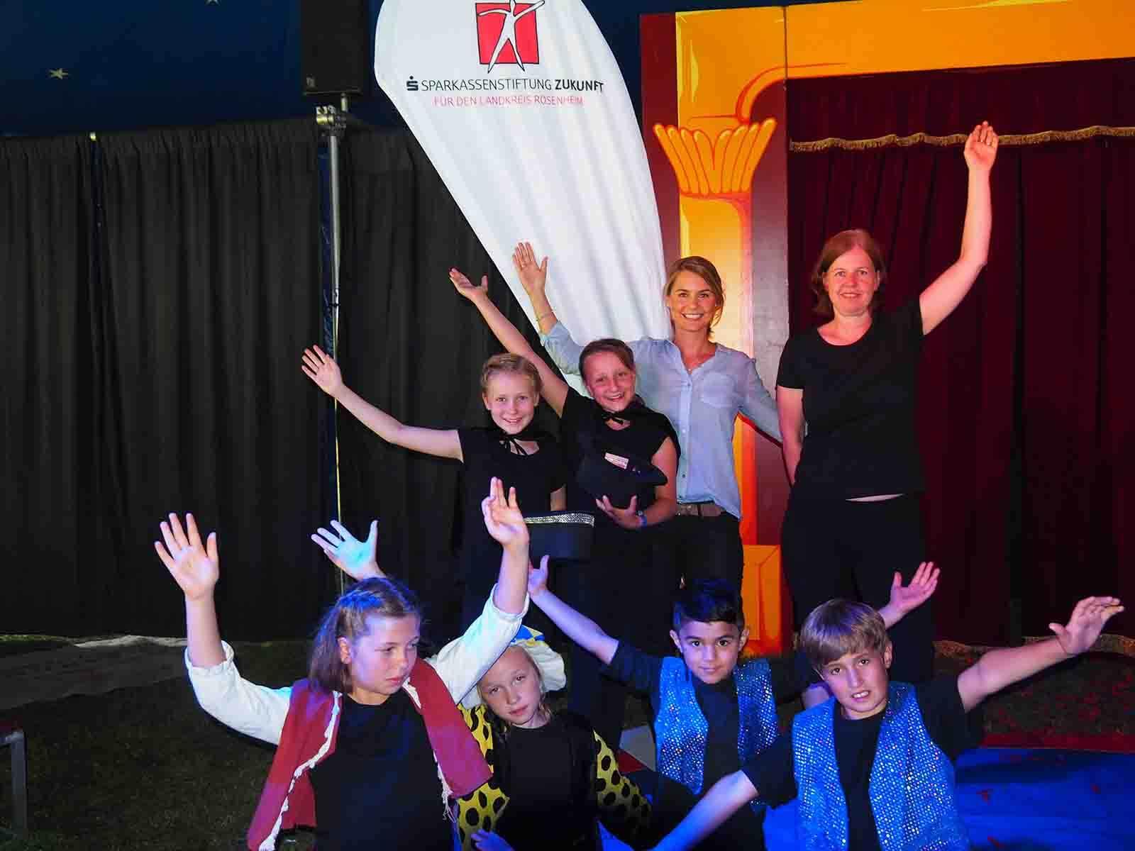Alexa Hubert, geschäftsführendes Vorstandsmitglied der Sparkassenstiftungen Zukunft (2.v.re.), und Marion Schmöller, Erlternbeiratsvorsitzende der Grundschule Flintsbach (re.), gemeinsam mit einigen der jungen Flintsbacher Artisten.