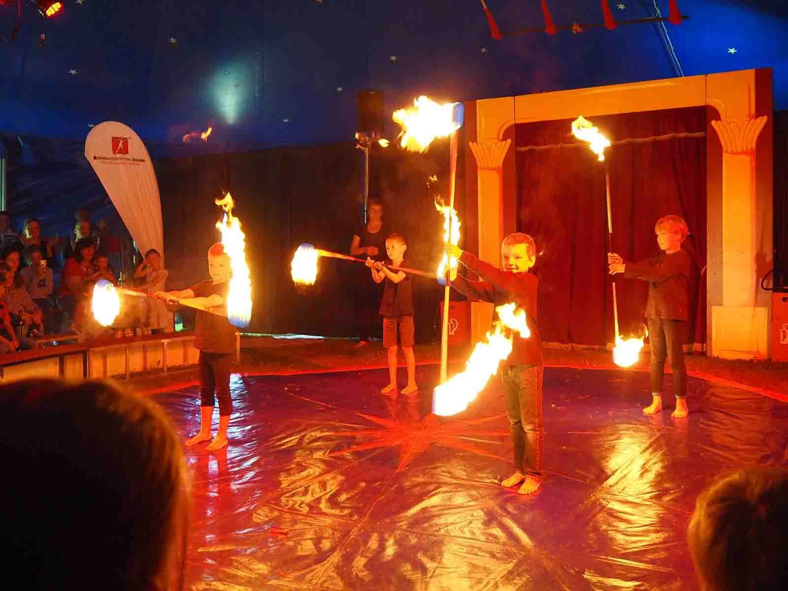Spannend: Bei der Feuershow wurde es vor allem den Eltern ganz schön warm.