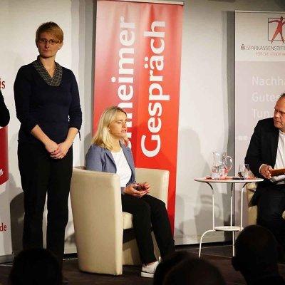 Zwei Gebärdendolmetscherinnen (li.) übersetzten das Gespräch zwischen Verena Bentele (mi.) und Niels Beintker vom BR (re.) erstmals auch für Gehörlose.