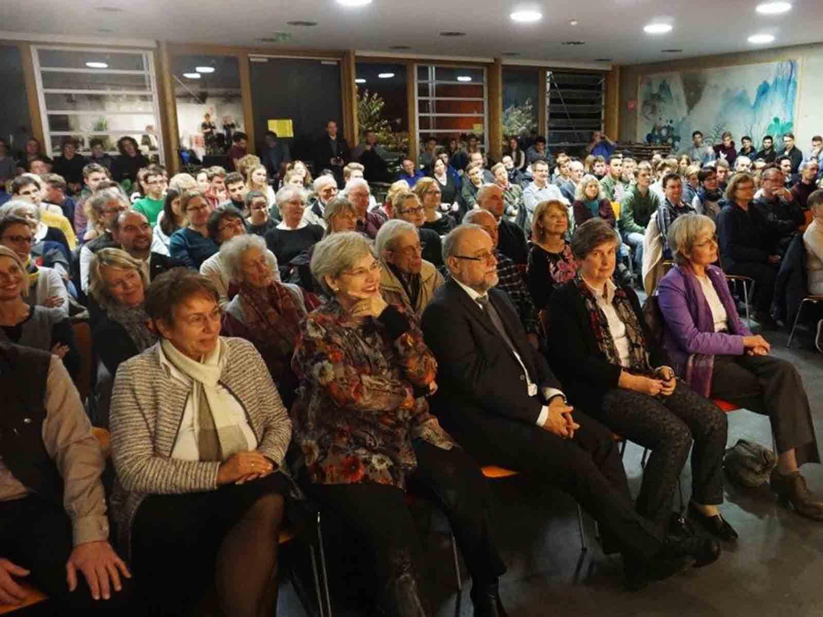 Das Rosenheimer Publikum zeigte großes Interesse an der Veranstaltung in der Mensa des Sebastian-Finsterwalder-Gymnasiums.