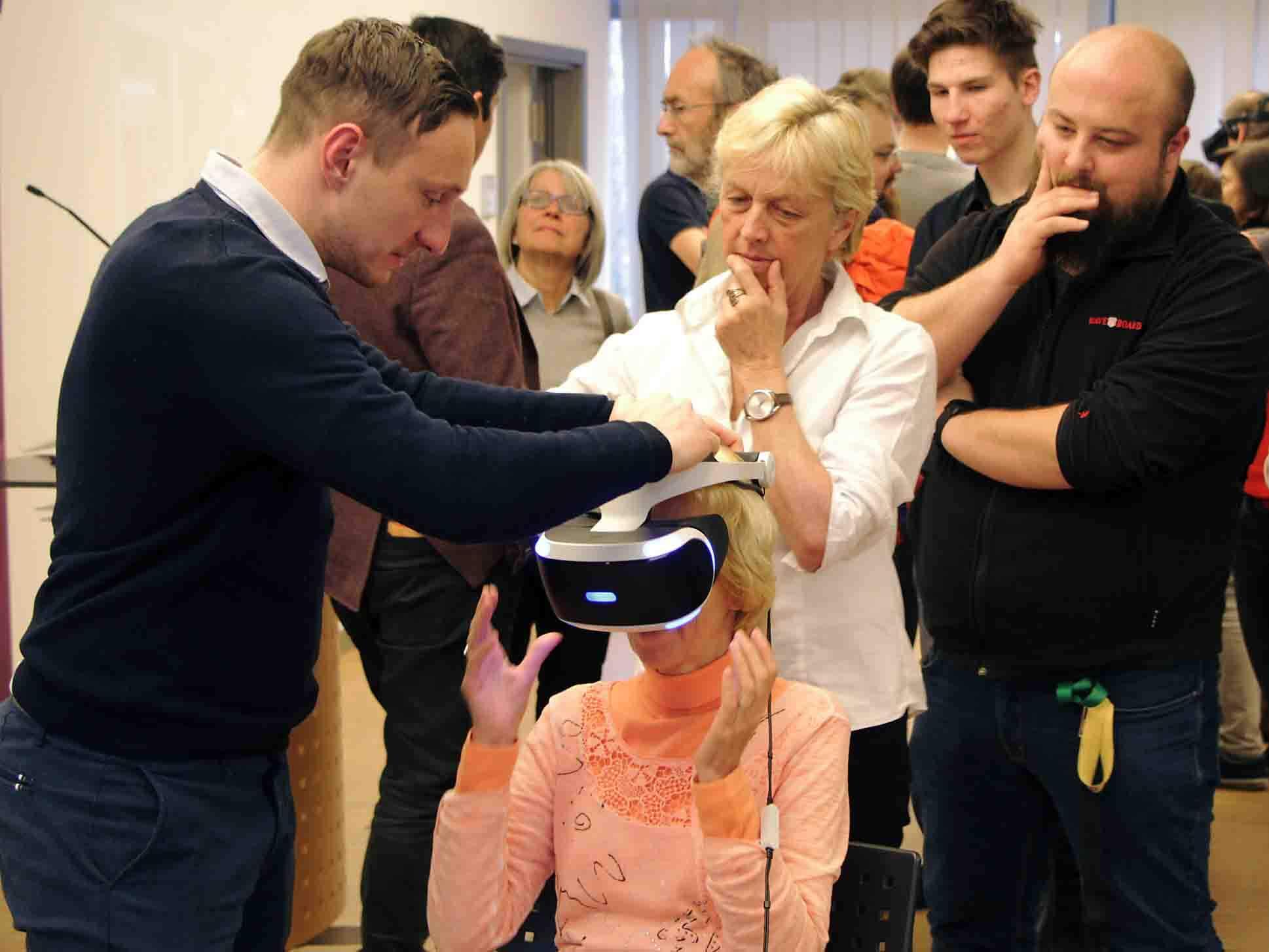 Sehr interessiert waren die Gäste am Testen der VR-Brillen.