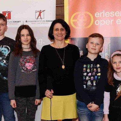 Andrea Janshen von den Sparkassenstiftungen Zukunft (mi.) mit ein paar Kindern, die von den Sparkassenstiftungen eingeladen waren.