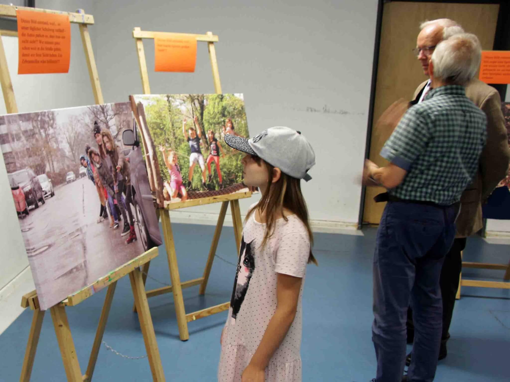 Eine der jungen Künstlerinnen sieht sich die Ausstellung an.