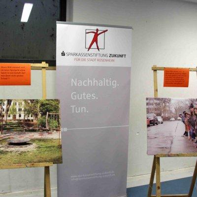 Die Fotoausstellung weist auf die Problemlage von Kindern im Rosenheimer Norden hin.