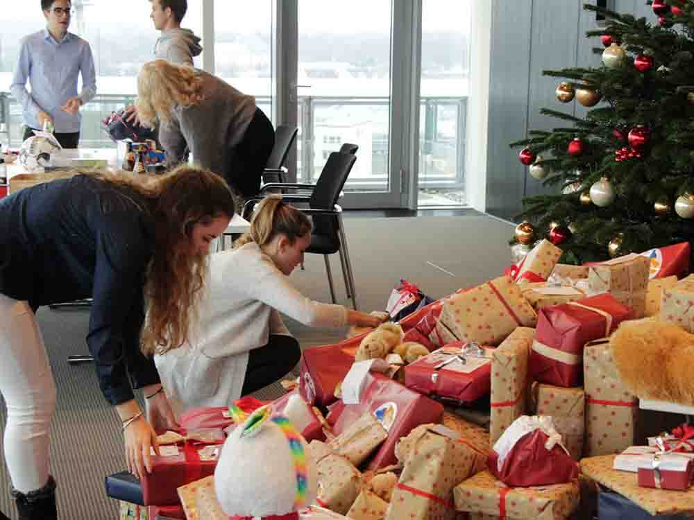 Die Auszubildenden der Sparkasse Rosenheim-Bad Aibling packten viele Stunden die Geschenke ein.