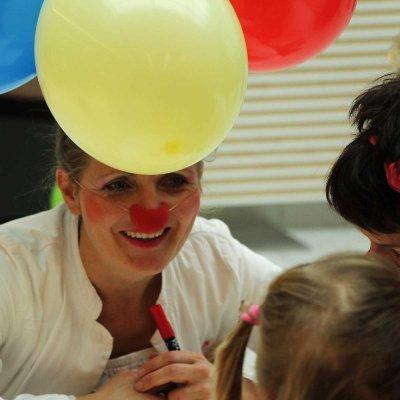 brachten die beiden professionellen Clowns wirklich alle zum Lachen.