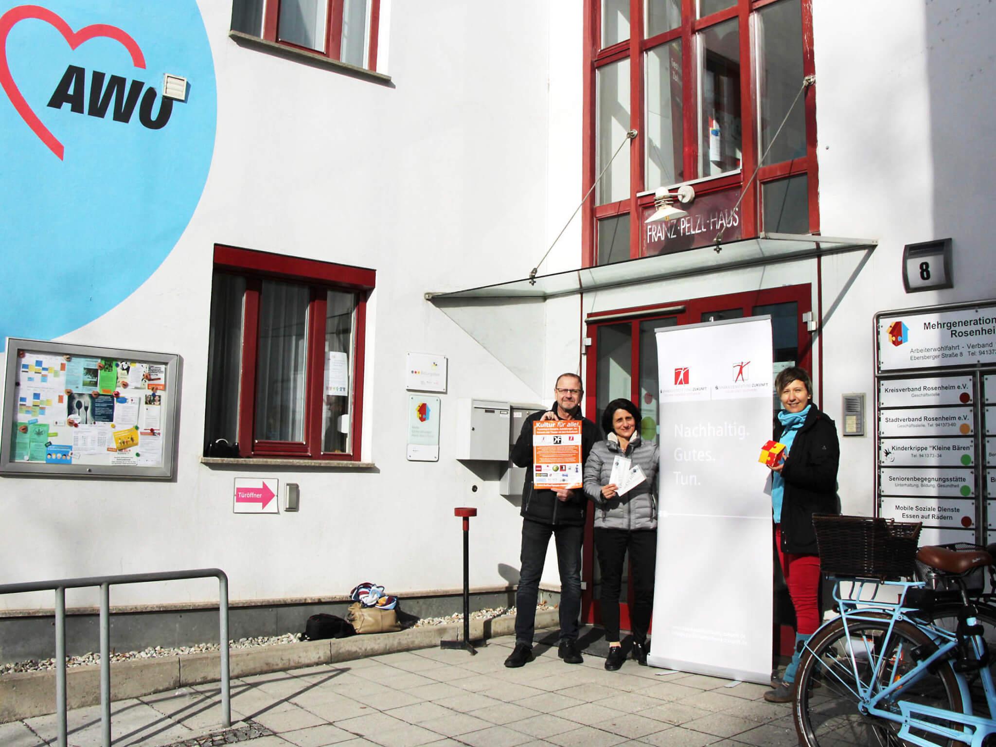 Auch hier gibt es die Karten: Rainhard Knirsch, 2. Vorsitzender des Kultur Forums (li.), Andrea Janshen von den Sparkassenstiftungen Zukunft (mi.) und Katharina Gaiduk, Projektleiterin im Mehrgenerationenhaus Rosenheim.