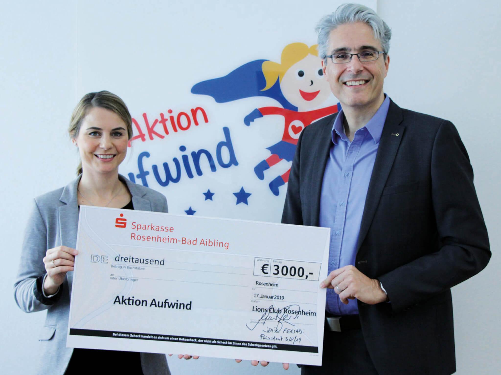 Semir Fersadi, Präsident des Lions Club Rosenheim, überreichte den Spendenscheck an Alexa Hubert, geschäftsführendes Vorstandmitglied der Sparkassenstiftungen Zukunft (li.).