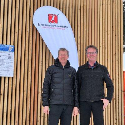 Von links: Der Leiter der Sparkassengeschäftsstelle Kiefersfelden, Rudolf Denk, und der 1. Vorstand des WSV Kiefersfelden, Bernhard Holzner.