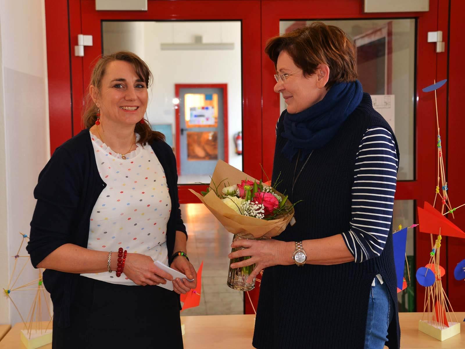 Susanna Bauer, Konrektorin an der Grund- und Mittelschule Rosenheim-Aising (re.), bedankt sich bei Kursleiterin Kristin Winkelmann für die Anleitung der tollen Bauhaus-Kunstkurse.