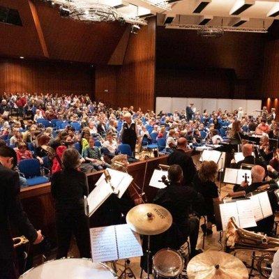 und Musik des Orchesters.