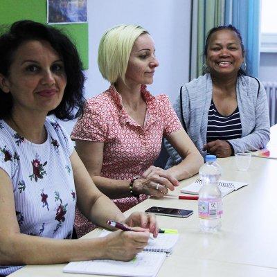Die Schülerinnen zeigen sich sehr motiviert, ihr Deutsch zu verbessern.