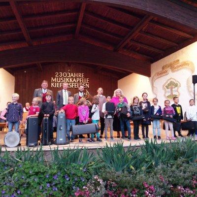 Strahlende Gesichter bei der Übergabe der Instrumente (Foto: Musikkapelle Kiefersfelden).