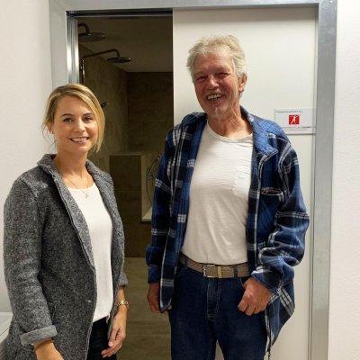 Dietmar Klemens, 1. Vorstand des Vereins Benedetto-Menni-Nest (re.) mit Alexa Hubert vor dem geförderten Therapiebad.