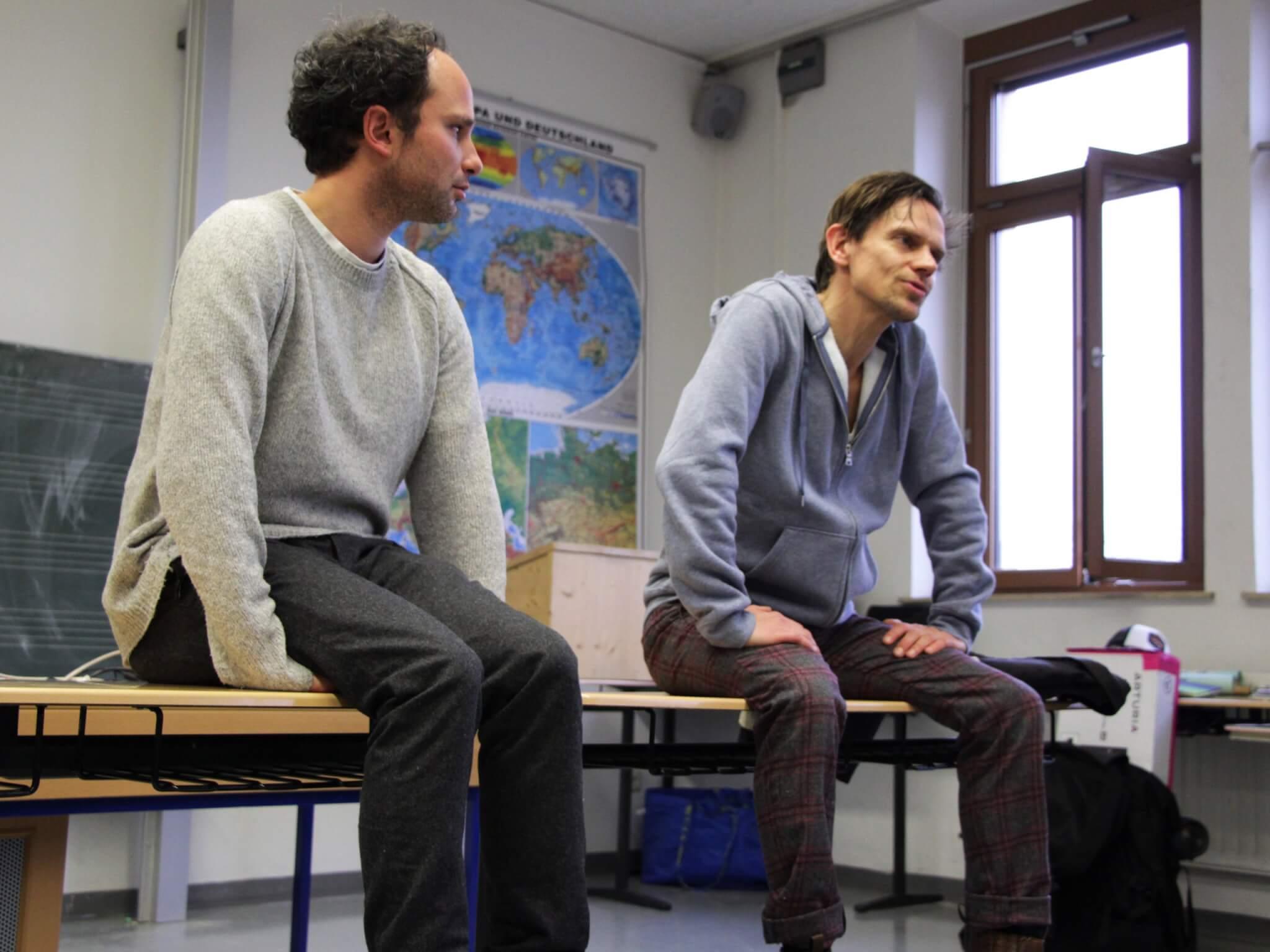 """Wichtig beim """"Klassenzimmertheater"""": Die Nachbesprechung mit Schauspieler, Regisseur und den Schülerinnen und Schülern."""
