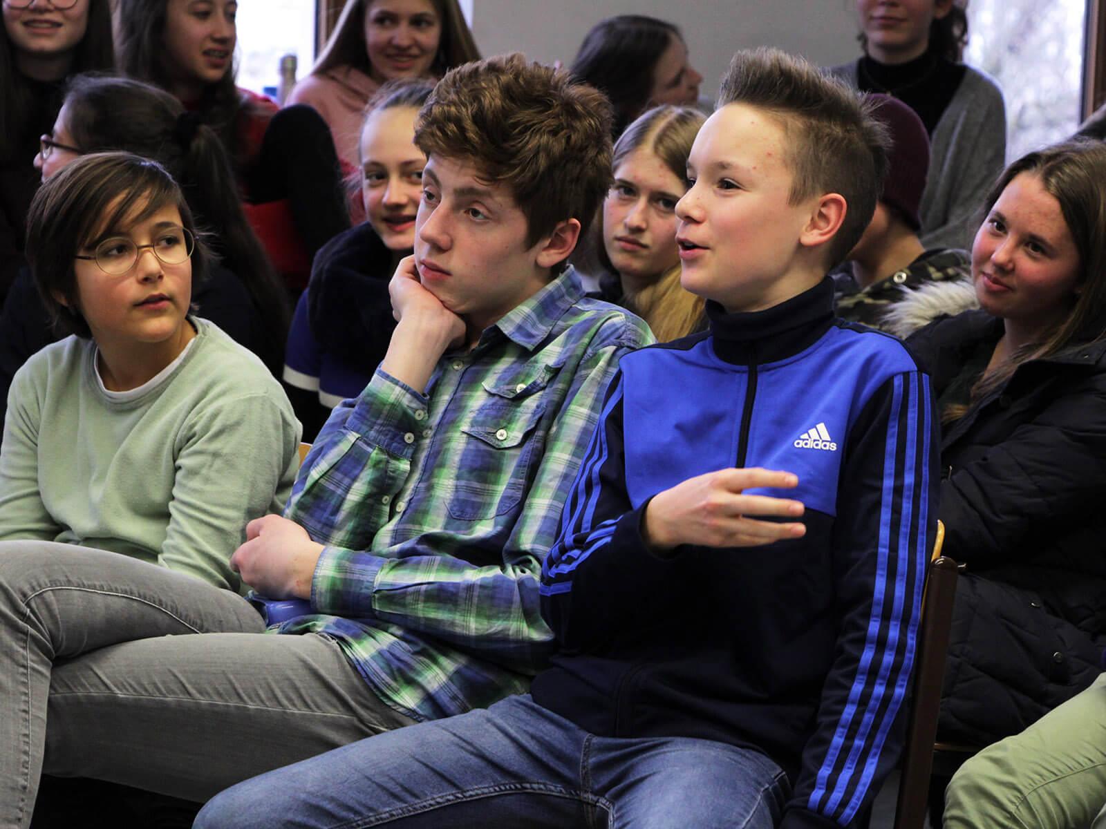 """Die jungen Zuschauer waren bei der Premiere von """"Huck Finn"""" konzentriert dabei und brachten sich intensiv in die Nachbesprechung ein."""