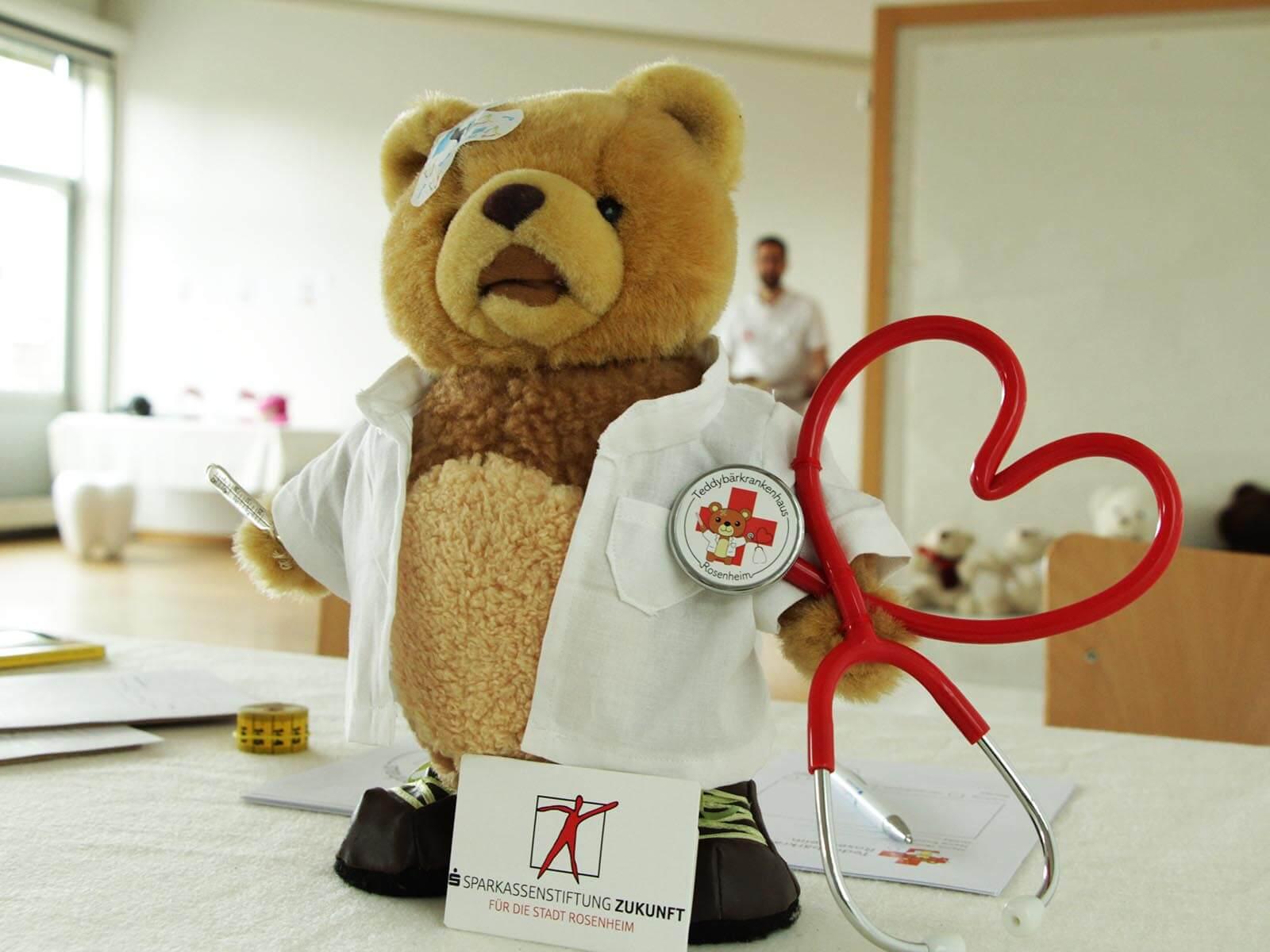 Die Sparkassenstiftung Zukunft für die Stadt Rosenheim fördert das Teddybär-Krankenhaus als eigenständige Projekt bereits zum vierten Mal.