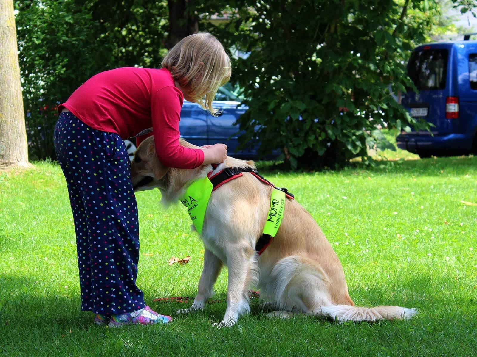 Alle Kinder erhalten eine Einweisung in den Umgang mit Hunden. Foto: AWO Kindergarten Momo.