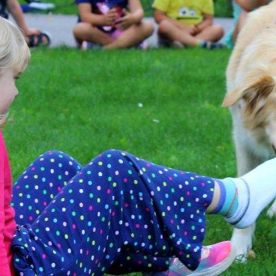 Emma kann unglaublich feinfühlig die Socken der Kinder ausziehen. Foto: AWO Kindergarten Momo.